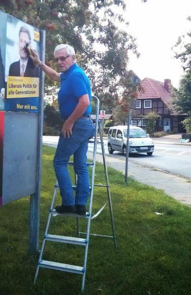 Plakatekleben in Lehrte, hier Dieter Münstermann