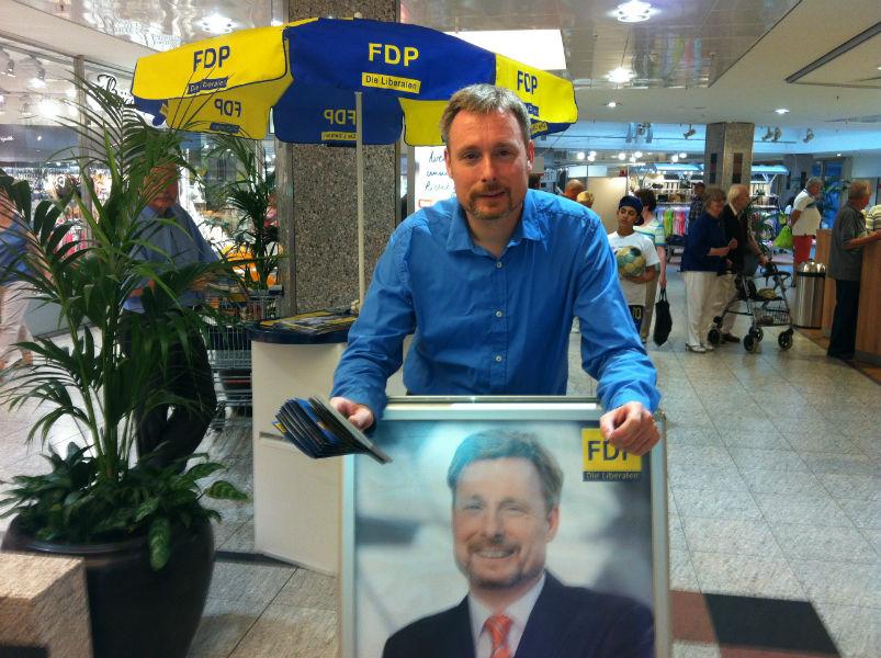 Trotzdem: Politik! Dirk Weissleder am Wahlstand im Leine-Center in Laatzen