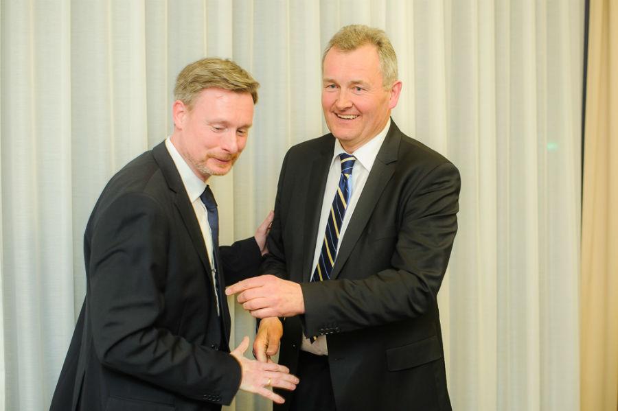 Dirk Weissleder gratuliert dem neuen FDP-Bezirksvorsitzenden Heuer Werner zur Wahl (Foto: Stefan Simonsen, www.simonsenphoto.com)