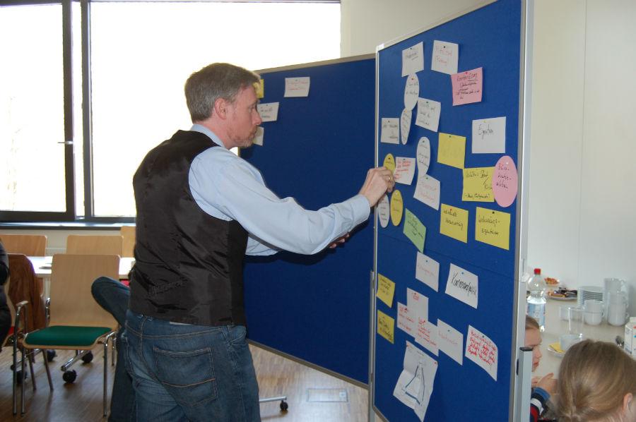 Aus Gesprächen in der Runde entwickeln sich konkrete Ideen für die politische Arbeit.