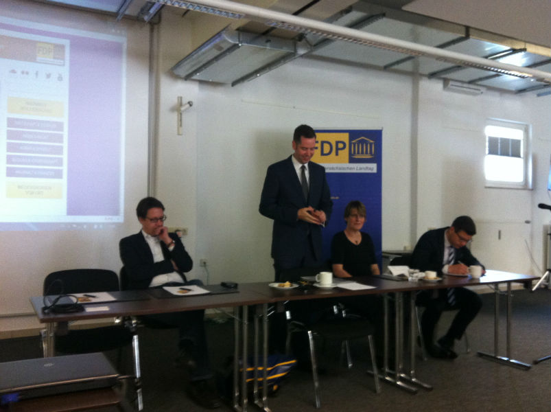 Christian Dürr begrüßt die Teilnehmer der FDP-Kommunalkonferenz der Landtagsfraktion