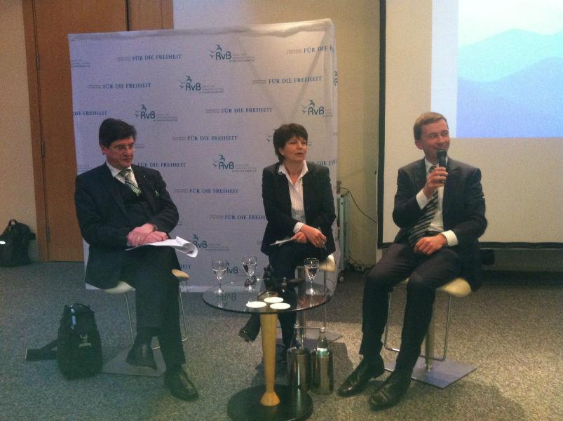 v.l.n.r.: Prof. Karl-Heinz Paqué, Dr. Ursula Weidenfeld und Prof. Bernd Lucke