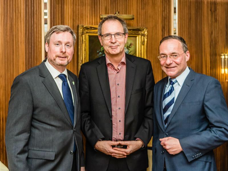 Ehrengäste des Dreikönigstreffens 2015 in Laatzen: Bürgermeister Jürgen Köhne (Mitte) und Oliver Dix (rechts) mit Dirk Weissleder (links)