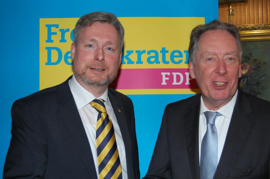 Dirk Weissleder (links) dankt Michael Buckup (rechts)