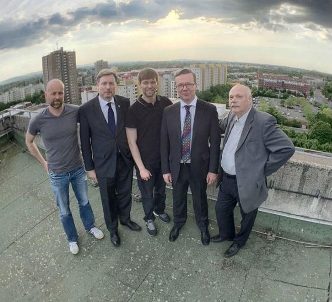 Nach getaner Arbeit auf dem Rathausdach (v.l.n.r.: Torben Missen, Dirk Weissleder, Michael Wallmüller, Tobias Münkner, Gerd Klaus)